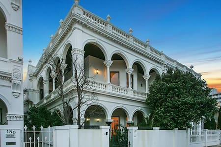 Victorian Mansion on St Kilda Beach - Middle Park - Rumah