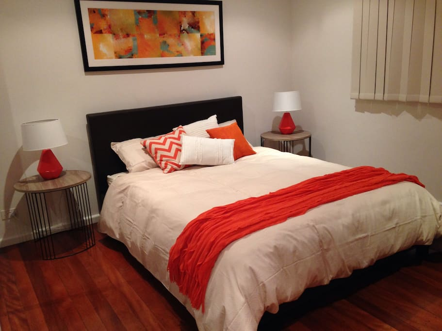 Modern decor, queen bed,feather pillows and quilt. Mirrored robes, ceiling fan and heater.Bathrobe and slippers included.