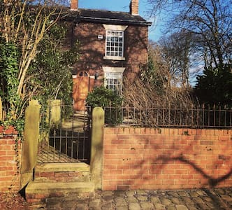 MONTHLY LET  Warm cozy cottage close to metro - Stockport - Hus