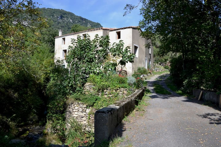room with a river view in secluded once water mill - Montjoi - Pousada