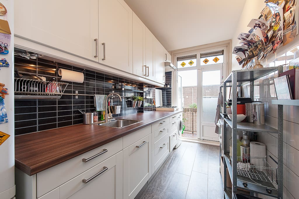 I like cooking in my house so a fully equipped kitchen with fridge, freezer, 4 stoves for cooking, microwave, oven, Nespresso coffee machine, chopping boards, plates, cutlery and a ton of other kitchen utilities is there for you to use right away. Please remember to clean up after yourselves :)