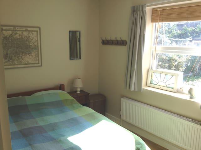 Cosy Garden Room in Leyton