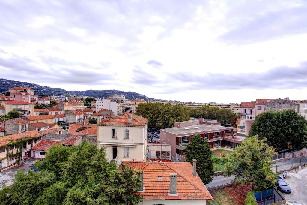 Vue dégagée sur le super Cannes, sur l'observatoire et le château d'eau