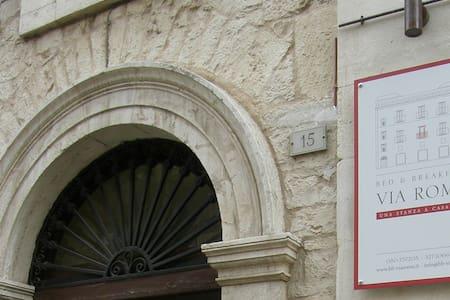 B&B Via Roma: Camera Bianca - Acquaviva delle Fonti - ที่พักพร้อมอาหารเช้า