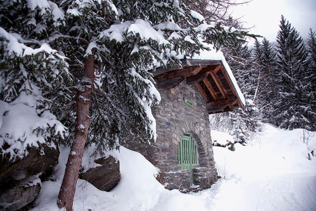 La chapelle Saint-Aubin qui fait face à la ferme en amont