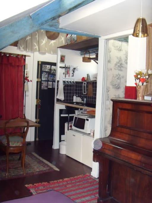 Petit nid parisien sous les toits appartements louer - Nid rouge lincroyable appartement paris ...