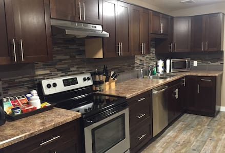 Modern,Clean,Quiet. Entire 2BR Suite Parking for 2 - Regina