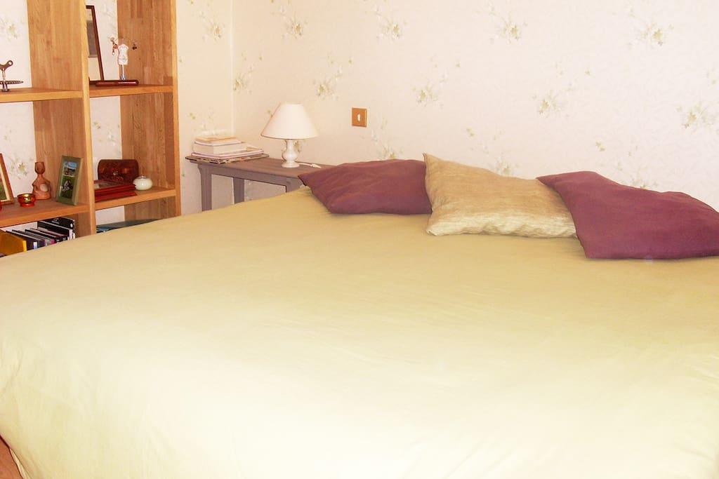 Grand lit, porte fenêtre accès sur jardin, maison de plain pied. WC indépendant de la chambre et de salle de bain.
