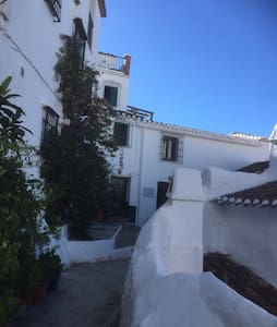 Gorgeous village house in a beautiful courtyard filled with lovely plants and flowers. Fantastic sea and mountain views with stunning sunsets. The house is 2 minutes walk to the many shops and bars in this traditional Spanish village