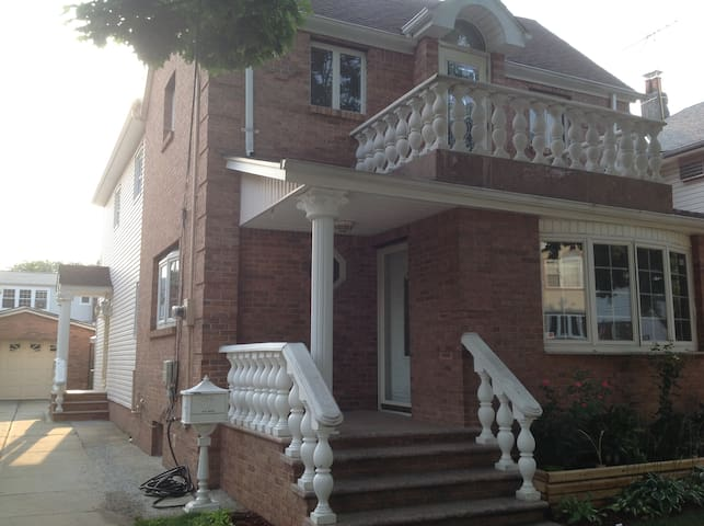 """Bloom of Floral Park"" Large Private 1 BR Suite - Floral Park - House"