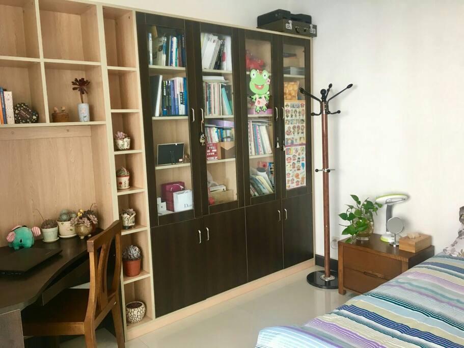 房间是书房配有写字台床头柜