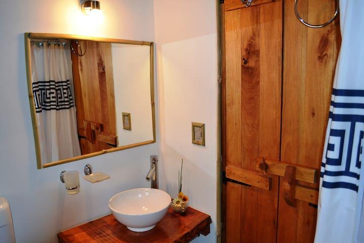 baño cómodo que adora la madera