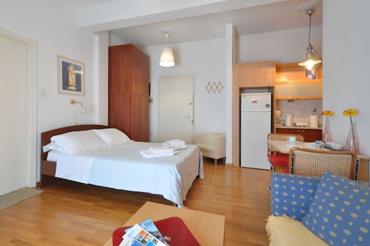 Studio, metro, cable tv, wi-fi, etc - Atenas - Apartamento