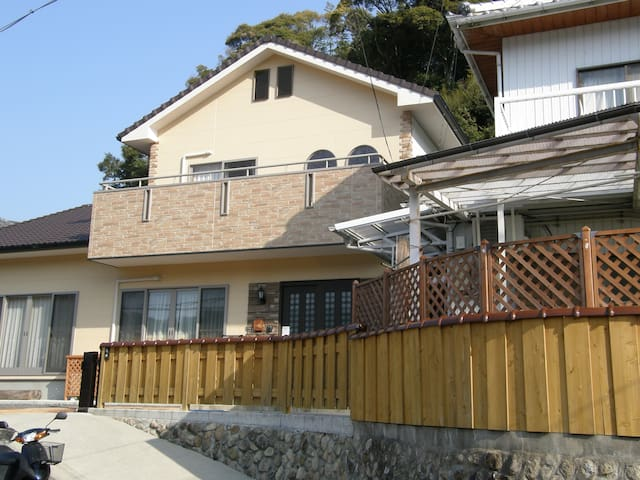 白浜温泉まで20分、又世界遺産熊野古道の入り口として拠点になります。