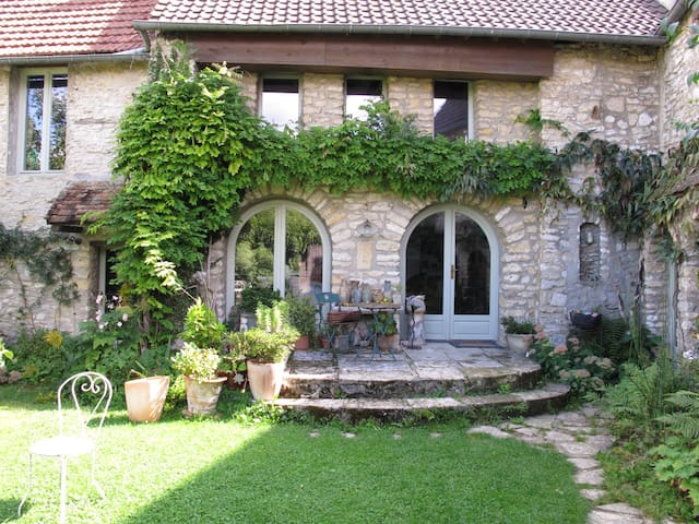 double Bedroom in old stone house - Chérence - House