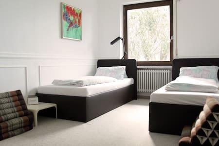 1 bed in relaxing double/tripleroom - Munich