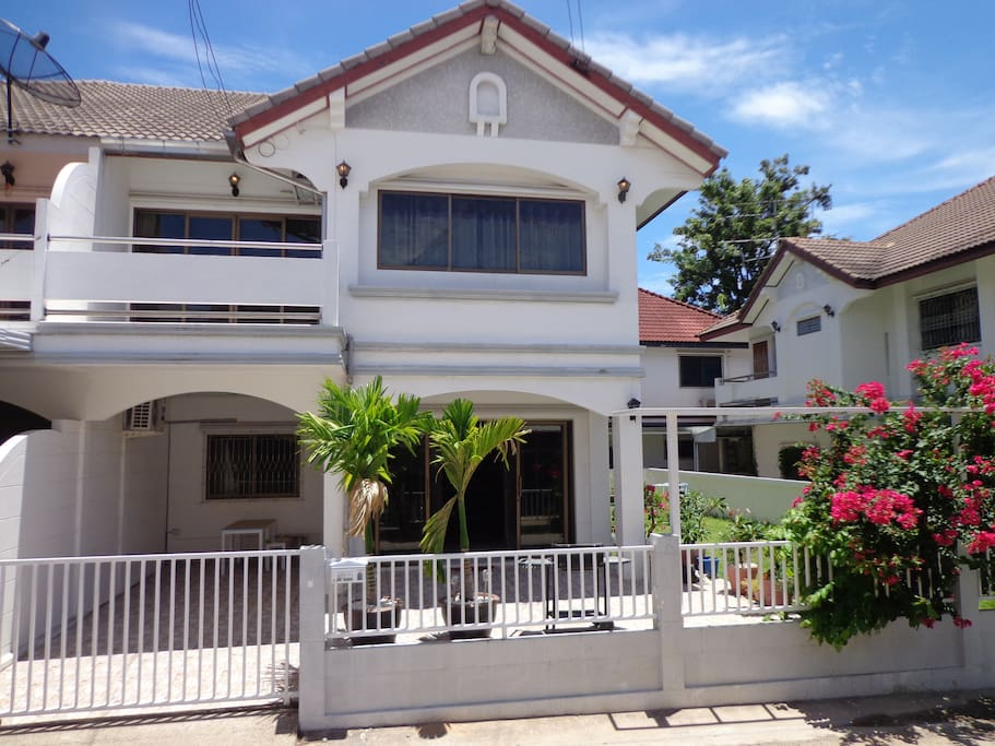 Villa with 200m2 garden / parking space with tiled terrace   Car/Motorbikes
