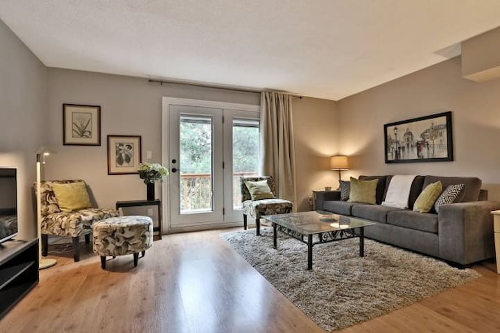 Oakville t/h, walk to lake/shops! - Oakville - Townhouse