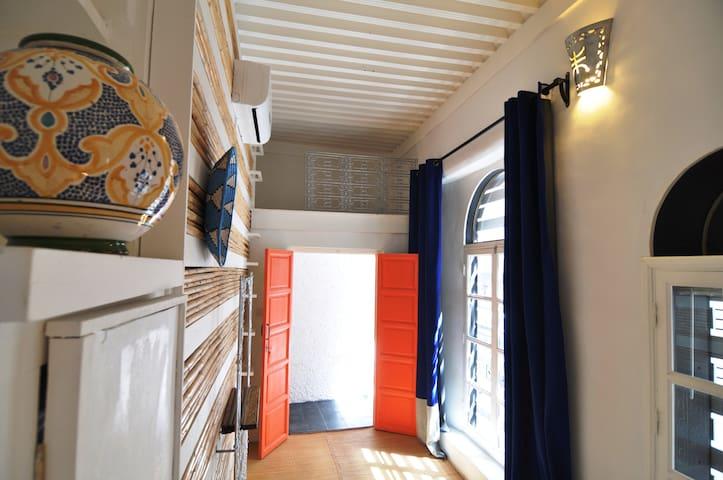 petite single étage 2 avec salle de bains et toilette