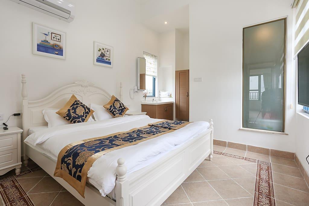 楼上1张1.8米大床带独立洗手间