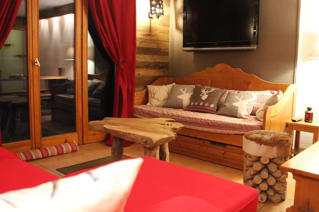 Coin salon avec 2 canapés, écran plat et lecteur DVD + port USB pour cléfs ou HDD externe.