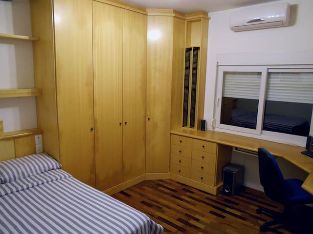 Comfy room 6km from downtown