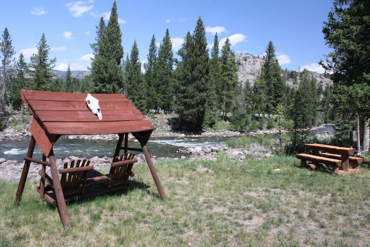 The River Room at Beartooth Lodge - Cody - Bed & Breakfast