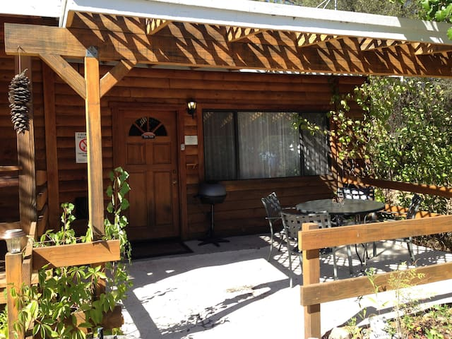 Studio with 2 queen beds, private bath & BBQ/WiFi - Ahwahnee - Kabin