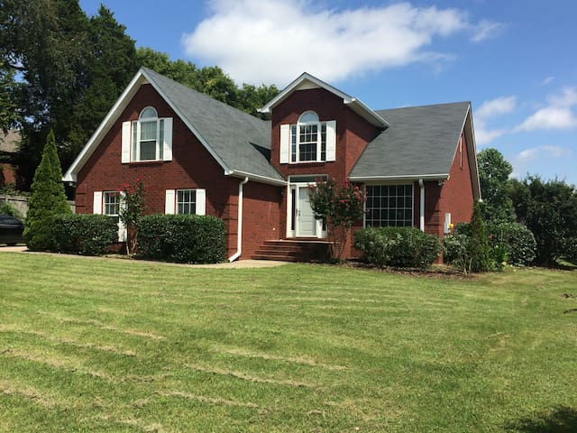 Comfortable 4BR home near MTSU - Murfreesboro - Ház