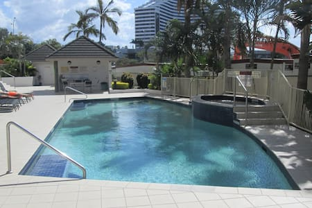 SURF PARADE - Broadbeach - Apartment
