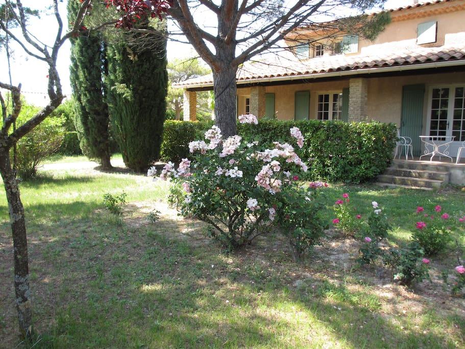 Votre terrasse privative et le jardin côté sud .