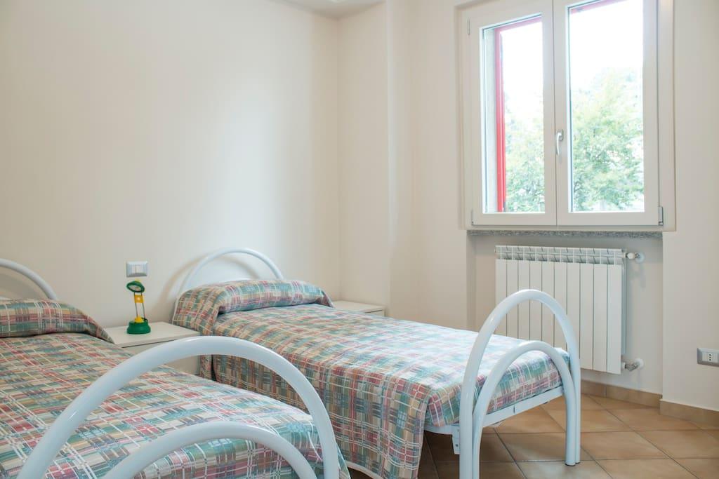 Camera piccola con due letti singoli