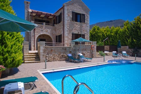 Villa Afrati, Sea Views, Pool, A/C - Plaka