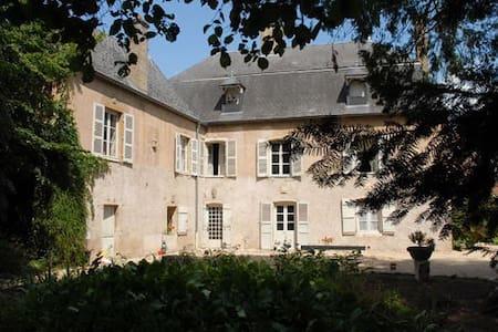 Chbres d'hotes La Maison des Gardes - Cluny - ที่พักพร้อมอาหารเช้า