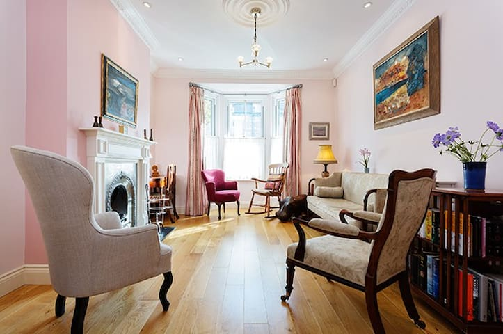 Up to 20% off! Delightful 3 bed, Shepherd's Bush - London - House