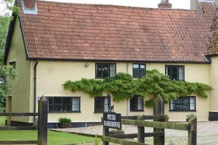 4* Spacious Farm Cottage:Sleeps 8: - Oakley