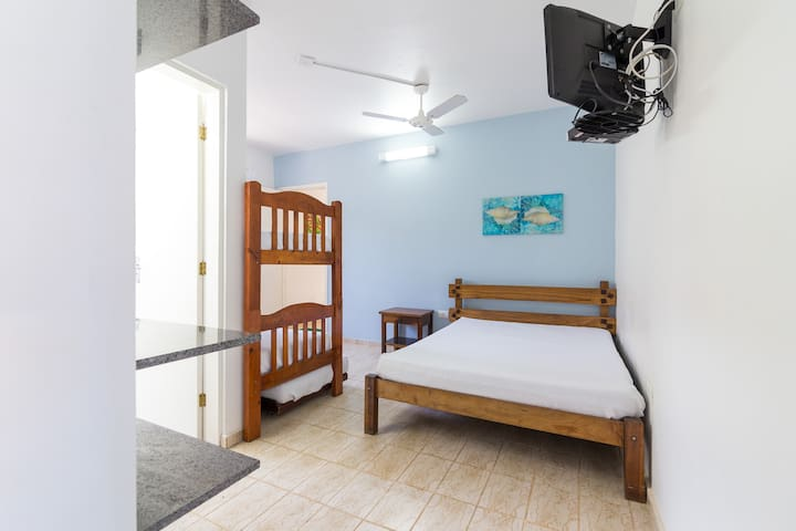 Quarto individual com uma cama de casal e um beliche Ventilador de teto  Armário  TV de tela plana