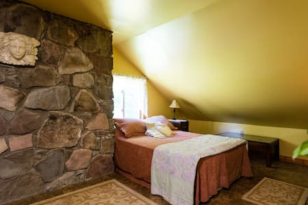 Cozy Room, Holistic Retreat Center - Rensselaerville - Dom