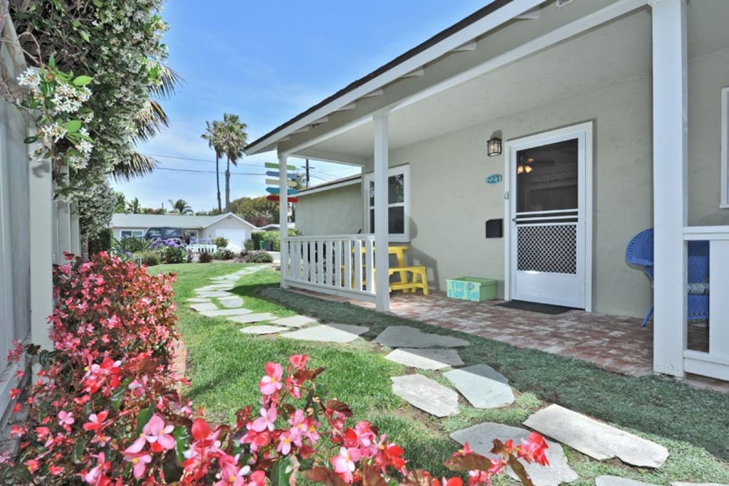 Bright and charming beach bungalow houses for rent in for Bungalows dentro del mar