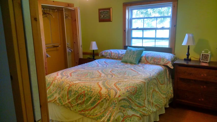 Large Living Space w/ Cozy Bedroom/Private Bathrm - Saranac Lake - Bed & Breakfast