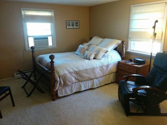 Master Bedroom w/Private Bathroom - Buffalo - Ev