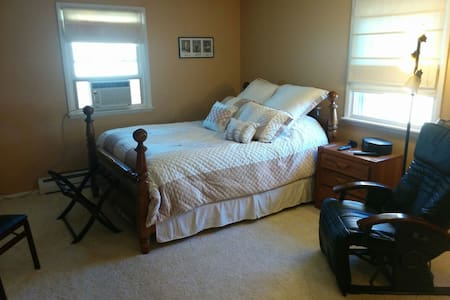 Master Bedroom w/Private Bathroom - Buffalo - House