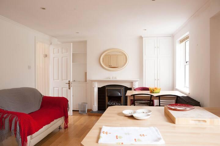 Single Room in beautiful Georgian terraced cottage - Drumcondra - House