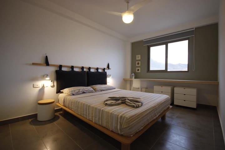 Camera padronale...entrambe le camere sono fornite di ventilatore a soffitto.