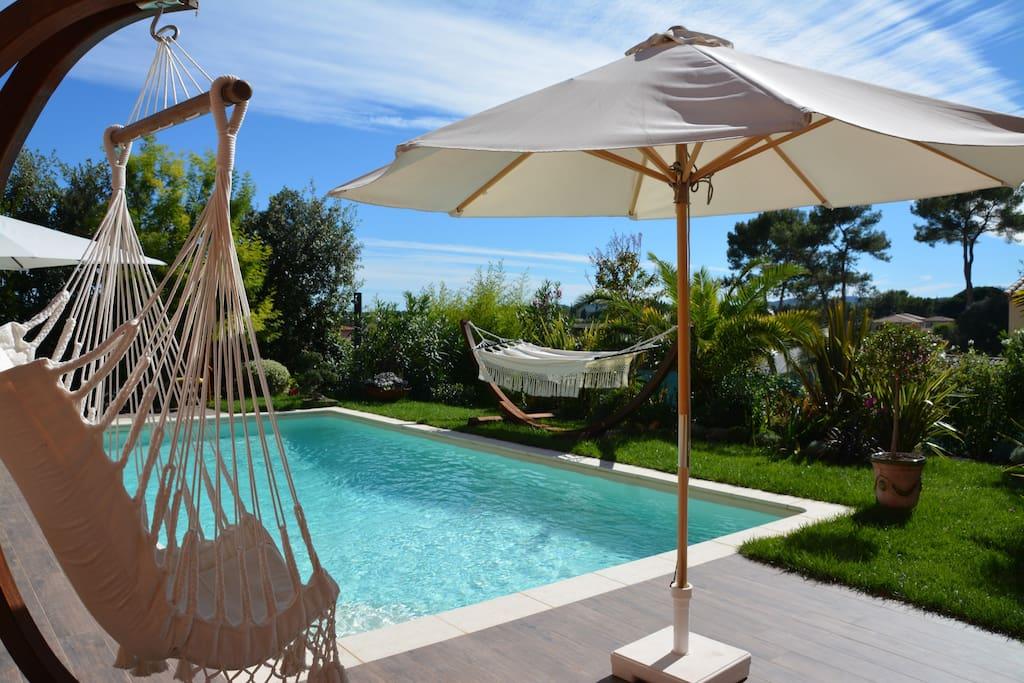 Parasol, fauteuil balancelle, hamac et transats pour profiter de la piscine