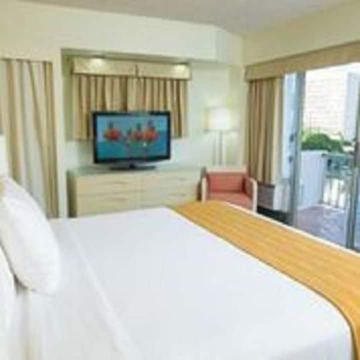 Awesome Double Bed At Waikiki Beach / Honolulu
