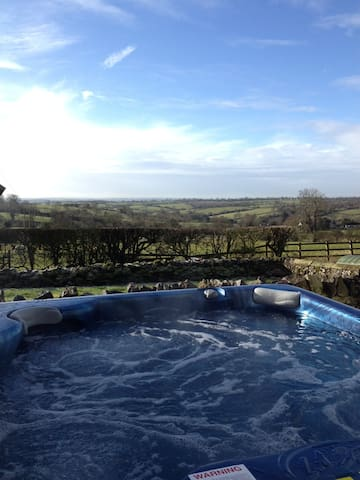 The Barn with private hot tub - Kniveton - House