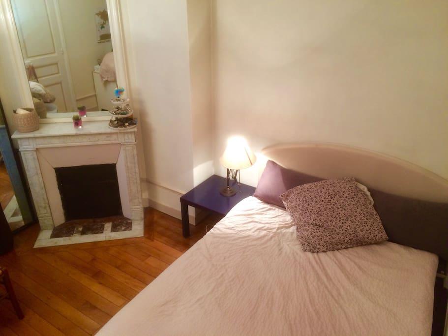 Chambre avec cheminée et parquet