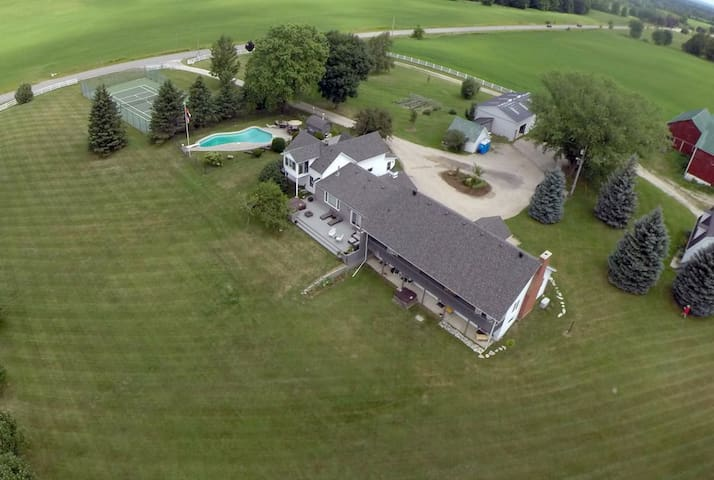 Creemore Country Estate w/Pool, Tennis, HotTub