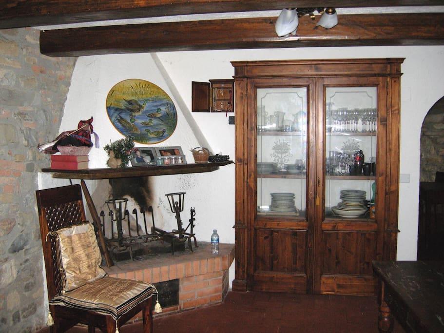 Camino nella sala da pranzo. Fireplace in the dining room